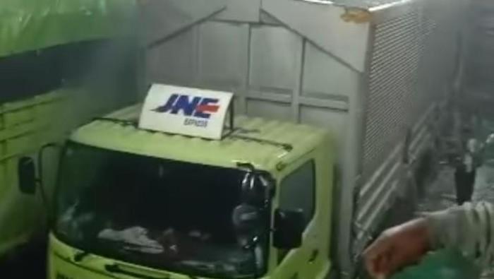 Boks truk ekspedisi terbakar di dalam kapal feri (Istimewa)