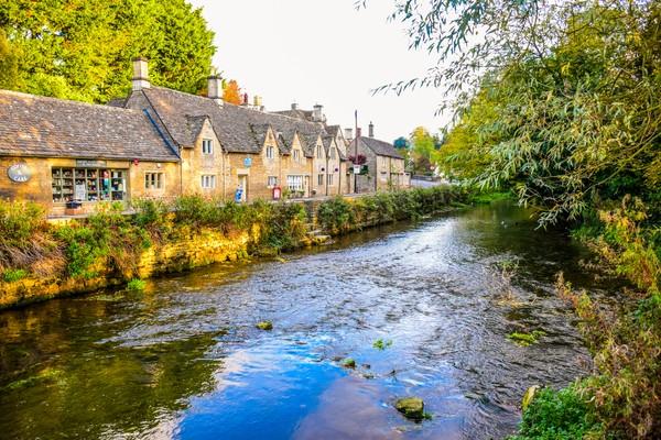 Ada pula yang menghadap sungai Coln. Sungai Coln membelah desa ini menjadi 2 bagian. (Getty Images/iStockphoto)