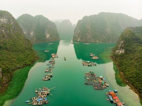 Diapit oleh tebing-tebing, pemandangan Desa Cua Van sangatlah indah. (Getty Images/iStockphoto)