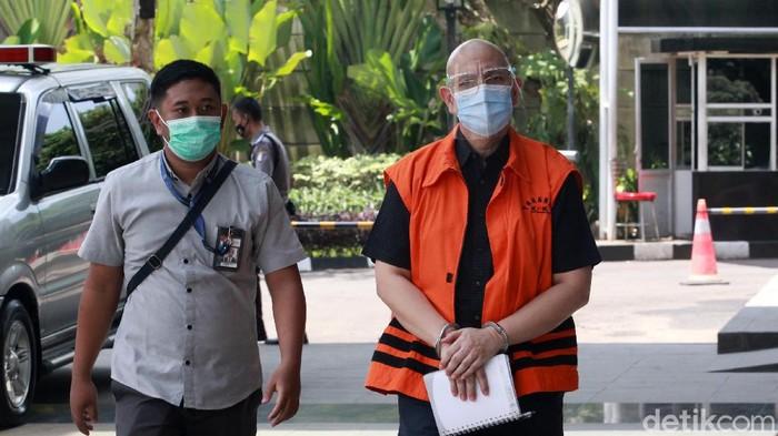 Petugas mengawal tersangka korupsi, mantan direktur PT Dirgantara Indonesia, Budiman Saleh saat berada di di Gedung KPK Jakarta, Senin (1/3/2021) untuk menjalani pemeriksaan. Budiman diperiksa terkait kasusnya yakni dugaan korupsi dengan modus tender fiktif pada tahun 2007-2017. KPK menaksir kerugian negara atas kasus ini mencapai Rp 315 miliar.