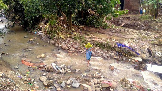 Kondisi Desa Daha, Dompu, NTB, usai diterjang banjir bandang, Senin (1/3/2021).