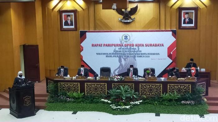 DPRD Kota Surabaya menggelar rapat paripurna serah terima jabatan Wali kota Surabaya. Rapat paripurna serah terima itu dihadiri Gubenur Jawa Timur Khofifah Indar Parawansa.