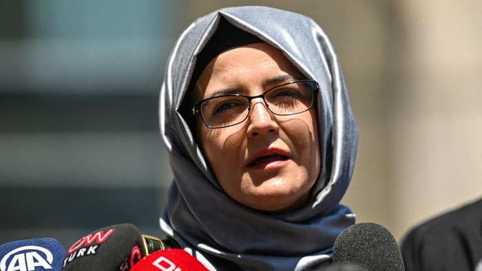 (FILES) In this file photograph taken on July 3, 2020, Hatice Cengiz, the fiancee of slain journalist Jamal Khashoggi, speaks to the press as she leaves the courthouse in Istanbul, after attending the trial of 20 Saudi suspects including two former aides to Crown Prince Mohammed bin Salman, accused of killing and dismembering her fiancee in 2018. - The Turkish fiancee of slain Saudi journalist Jamal Khashoggi said on March 1, 2021, that Saudi crown prince Mohammed bin Salman should be