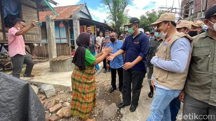 Gubernur NTB Zulkieflimansyah meninjau lokasi banjir bandang