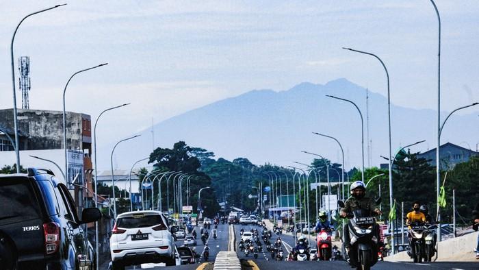 Gunung Salak kelihatan dari Tangsel saat cuaca cerah pagi ini