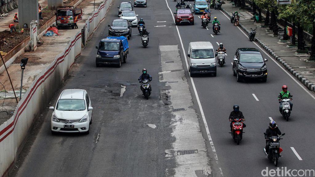 Para pengendara berjalan pelan saat menghindari jalan rusak di depan Setiabudi One, Jalan Rasuna Said, Jakarta Selatan, Senin (1/3/2021).