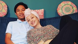 12 Foto Bule Cantik Dinikahi Pria Lombok, Bahagia Tinggal di Rumah Sederhana