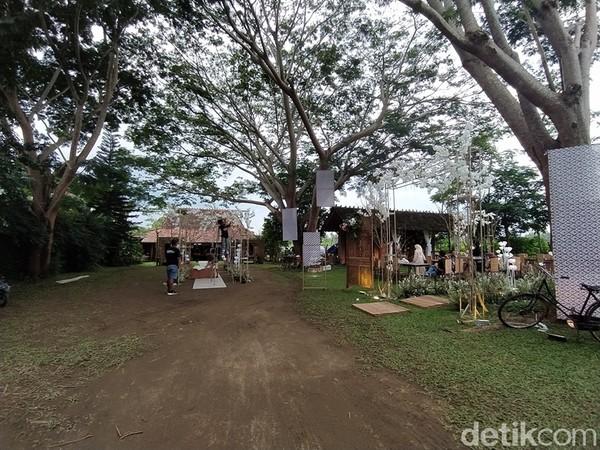 Joglo Bu Condro berada di Dusun Kedungombo, Desa Candirejo, Kecamatan Borobudur, Kabupaten Magelang, Jawa Tengah. Lokasinya berada di sekitar Candi Borobudur.