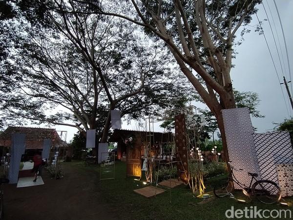 Joglo Bu Condro ini juga dapat digunakan untuk acara pernikahan. Bagaimana, tertarik untuk datang ke sana?