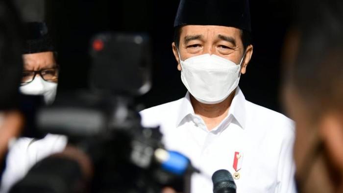 Jokowi saat takziah ke tempat duka Artidjo Alkostar
