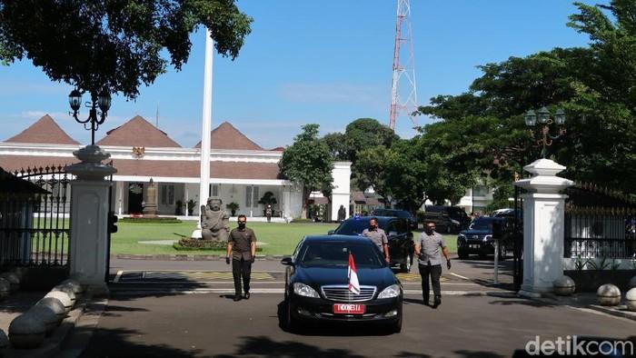 Presiden Joko Widodo (Jokowi) meninjau langsung vaksinasi massal tahap 2 untuk pedagang dan pelaku ekonomi di Benteng Vredeburg, Kota Yogyakarta. Sebelumnya Jokowi meninjau vaksinasi di Pasar Beringharjo.