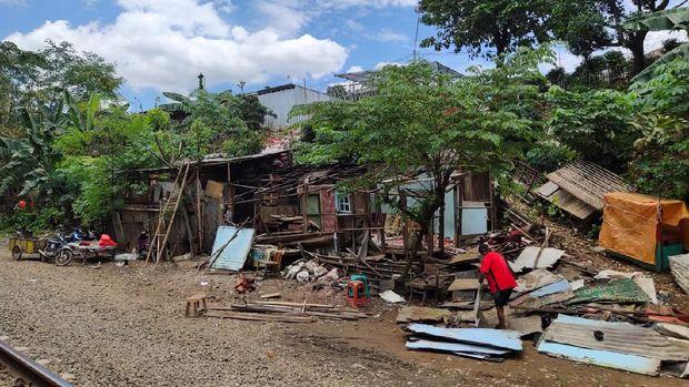 KAI Tertibkan Bangunan Liar di Sekitar Jalur Rel Petak Jl Nambo-CibinongFoto KAI Daop 1