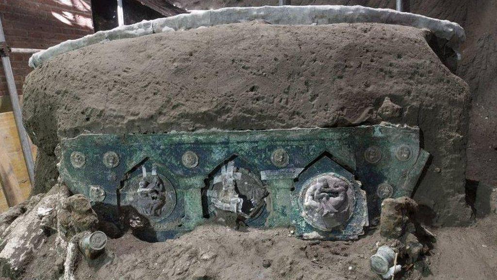 Kereta Terkubur Ribuan Tahun Ditemukan Nyaris Utuh di Dekat Kota Romawi Kuno