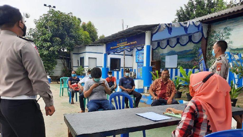 Polisi Bantu Urus SIM Warga Kampung Tangguh di Jaktim yang Kena Banjir