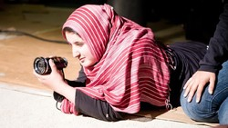 Lena Khan Sutradara Berhijab Pertama di Hollywood