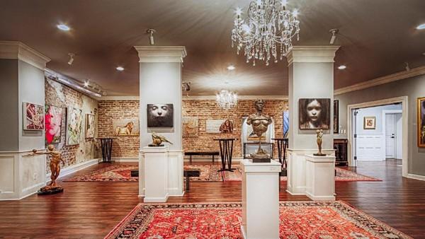 Terdapat puluhan galeri seni di Hotel Vendue, Charleston, Carolina Selatan. Bahkan karya-karyanya ada yang berasal dari tahun 1780 dan 1.800-an.