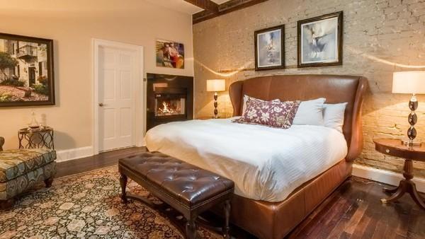 84 kamarnya memiliki konsep yang unik. Bagi tamu yang suka dengan karya yang terpajang di hotel dipersilakan untuk membelinya.