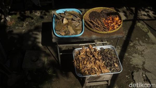 Penjualannya pun beragam, jaman dulu ibu-ibu di desa ini menjual jamu dengan cara digendong dan berkeliling menjajakan jamunya.