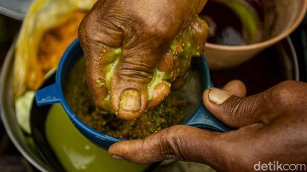 Meski begitu para pembeli jamu tak keberatan, cara penyajian secara tradisional membuat khasiat tetap terjaga tanpa campuran bahan lainnya.