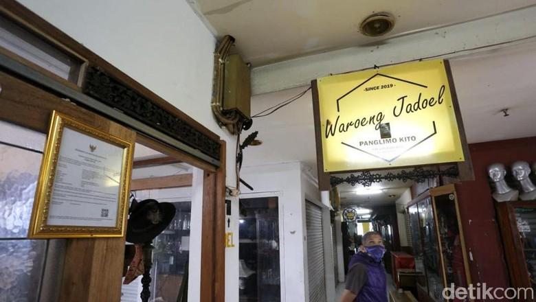 Pasar Antik Cikapundung telah 10 tahun berdiri menjajakan barang-barang antik. Di tengah pandemi ini, para pedagang masih berusaha bertahan meski penjualan anjlok.