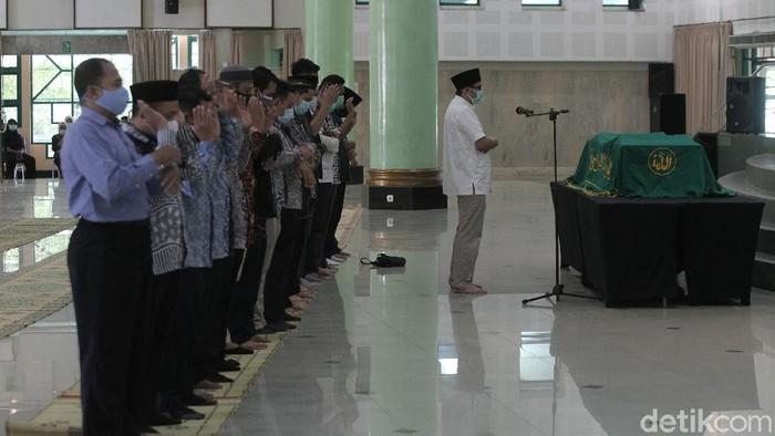 Anggota Dewan Pengawas KPK, Artidjo Alkostar telah berpulang. Jenazahnya dimakamkan di pemakaman UII Yogyakarta, yang berada satu kompleks dengan kampus terpadu UII, Jalan Kaliurang KM 14,5 Ngemplak, Sleman, DIY.