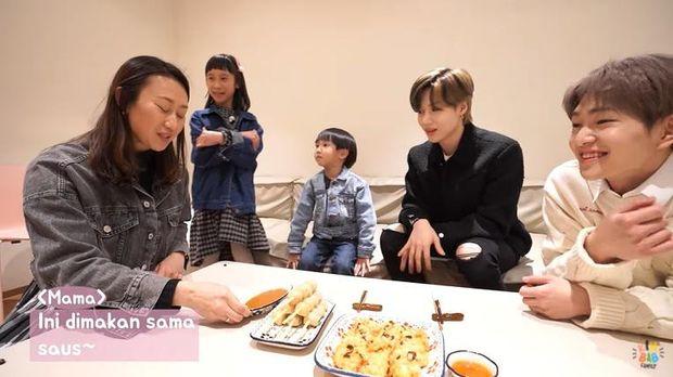 onew dan taemin shinee makan cilok hingga pancake durian