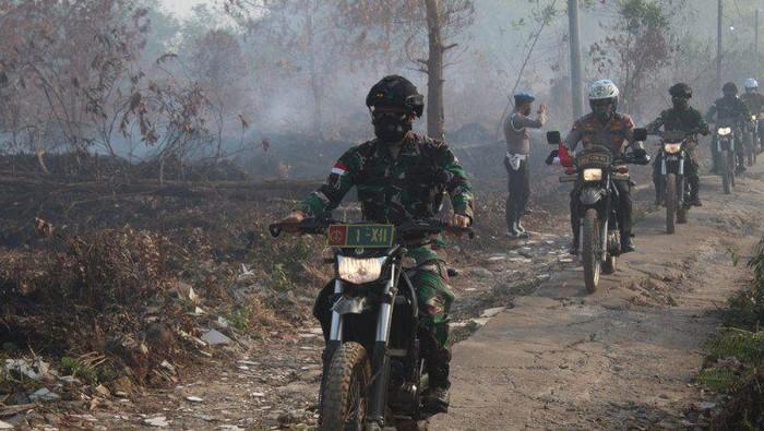 Pangam XII/Tanjungpura, Mayjen Muhammad Nur Rahmad, meninjau lokasi karhutla di Kubu Raya, Kalimantan Barat, (ANTARA/HO)