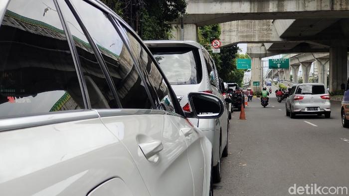 Ada larangan berhenti puluhan mobil parkir sembarangan di jalan Tendean Jaksel