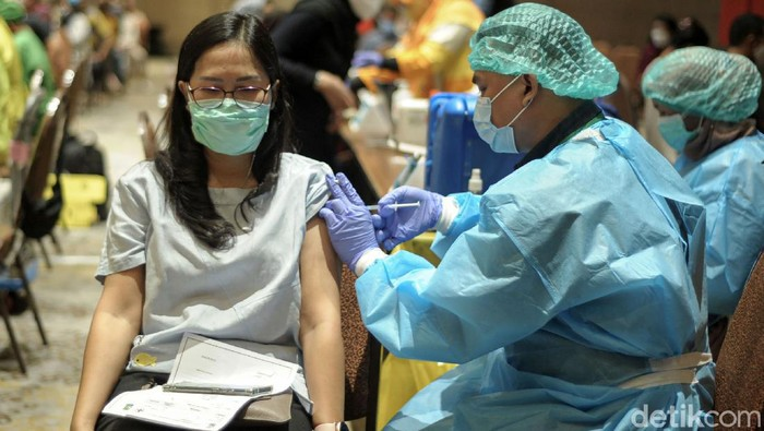 Ribuan Karyawan dan pemilik toko di Tangcity Mall mengikuti Vaksinisasi gelombang II Pelaksanaan vaksinasi COVID-19 digelar Dinas Kesehatan Kota Tangerang di Ballroom Novotel Tangerang, Senin (1/3/21). Pelaksanaan vaksinasi periode dua untuk pekerja pelayan publik telah dimulai di Kota Tangerang.