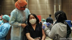 Vaksinasi tahap dua bagi pelayan publik mulai dilakukan di Tangerang, Senin (1/3/2021). Begini ragam ekspresi warga saat divaksinasi