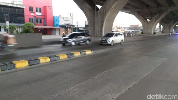 Pembatas jalan rawan kecelakaan di Jl Raya Cilincing, Kali Baru, Jakarta Utara kini dicat. 1 Maret 2021. (Afzal Nur Iman/detikcom)