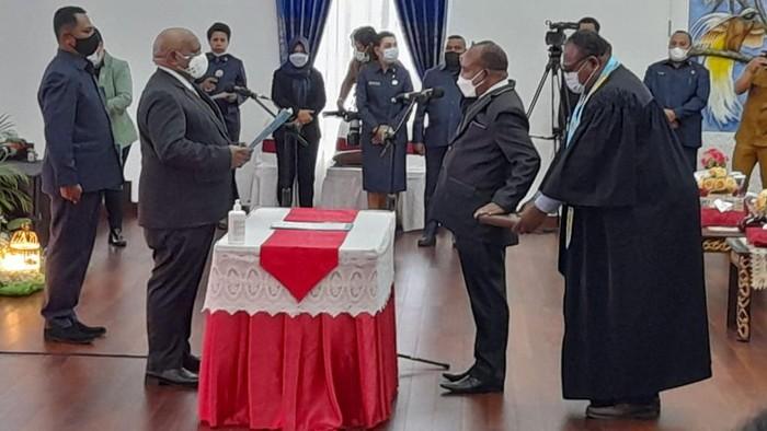 Wagub Papua Klemen Tinal melantik Doren Wakerkwa jadi Pj Sekda, Senin (1/3/2021).