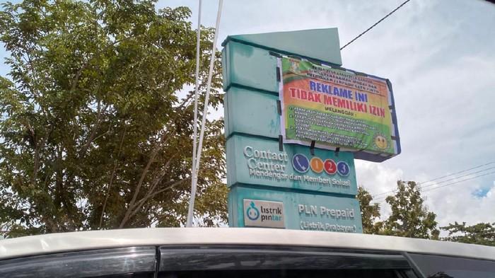 Penyegelan reklame di Kantor PLN oleh DPM-PTSP Kampar (dok PLN UP3 Pekanbaru)