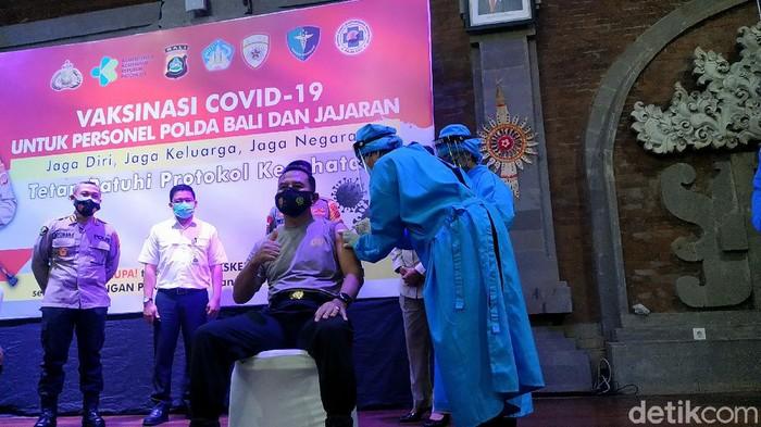 Polda Bali mulai jalani vaksinasi COVID-19 ke anggota dan jajaran pelayan publik