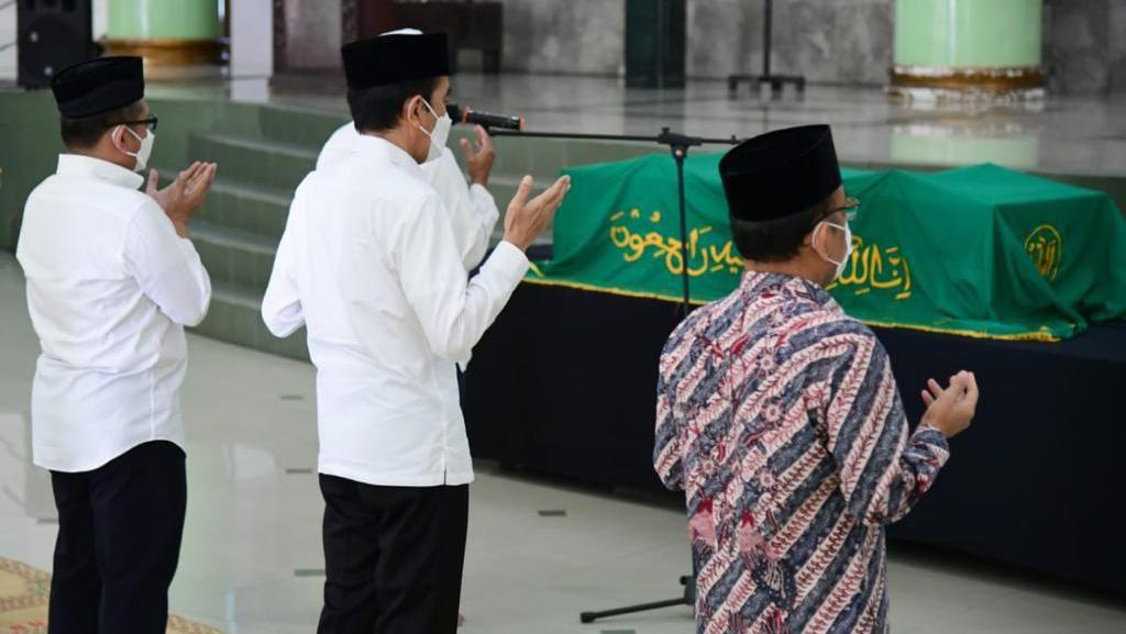 Jokowi Melayat Artidjo Alkostar: Kita Kehilangan Putra Terbaik Bangsa