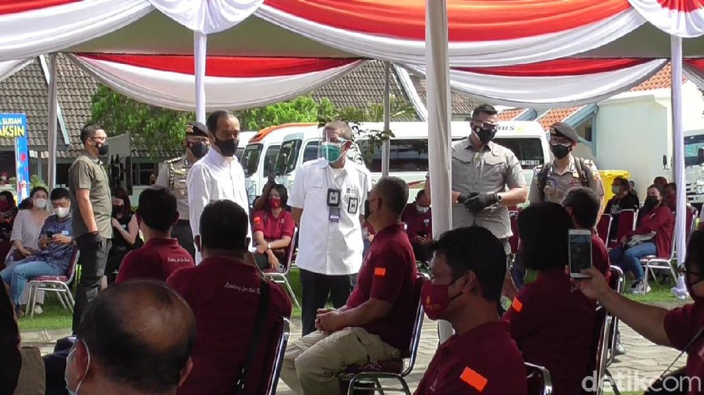 Tinjau Vaksinasi Pedagang di Malioboro, Jokowi Harap Ekonomi Yogya Pulih