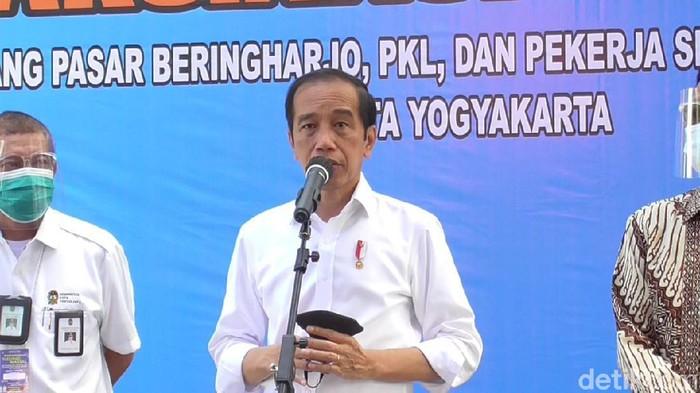 Presiden Jokowi saat meninjau vaksinasi massal di Benteng Vredeburg, Yogyakarta, Senin (1/3/2021).