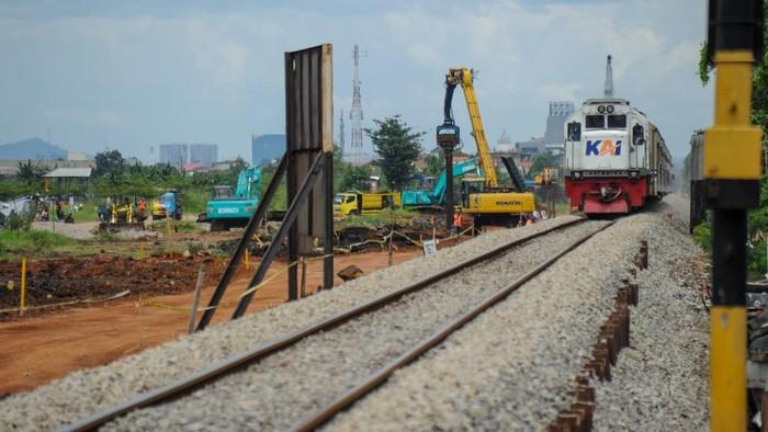 Warga terdampak proyek jalur kereta api ganda Kiaracondong-Cicalengka membawa puing yang masih bisa terpakai dari reruntuhan rumahnya di Panyileukan, Bandung, Jawa Barat, Minggu (28/2/2021). Proyek jalur kereta api ganda Kiaracondong-Cicalengka dengan panjang 22,15 kilometer tersebut ditujukan untuk meningkatkan aksebilitas dan mobilitas kereta api penumpang dan logistik serta ditargetkan akan dapat digunakan pada awal 2023 mendatang. ANTARA FOTO/Raisan Al Farisi/hp.
