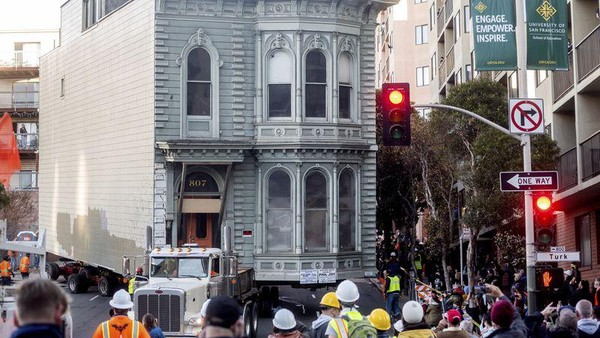 Sang pemilik rumah, Tim Brown menyebut telah mengeluarkan dana sebesar US$ 507.830 untuk memindahkan rumah 6 kamar itu ke alamat barunya. Jika dirupiahkan, biaya pindahannya saja senilai Rp 7,2 Miliar. Traveler tertarik juga pindah rumah? (AP)