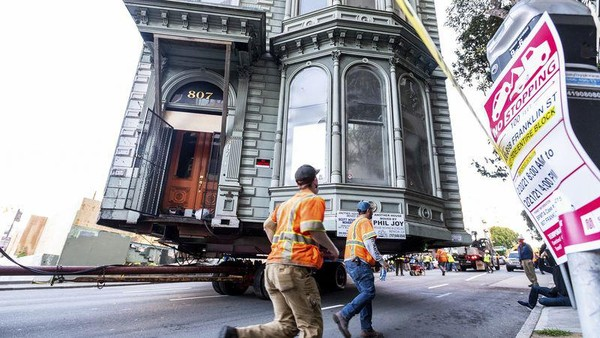Inilah rumah bergaya Victoria di San Fransisco yang dipindahkan ke alamat barunya. Sang pemilik memutuskan untuk memindahkan rumah 2 lantai yang beralamat di 807 Franklin Street ini, menuju ke lokasi baru di 635 Fulton Street yang berjarak 6 blok dari lokasi lama. (AP)