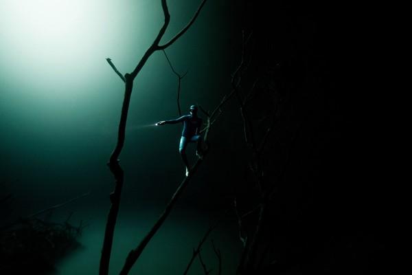Dalam filmnya, dengan anggun dia menyusuri gua bawah air dan melompat dari bebatuan dan karang. Seolah-olah dia adalah bagian alami dari ekosistem bawah air itu.