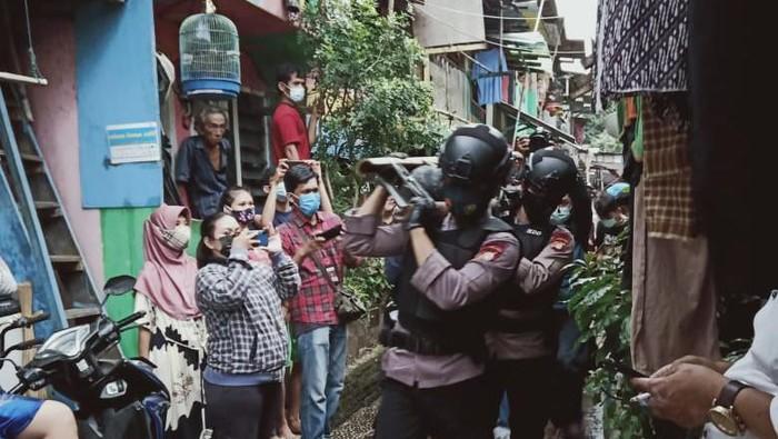 Tim Gegana mengamankan mortir yang ditemukan warga di Kali Cipinang, Jaktim. Foto dikirim Kapolsek Jatinegara Kompol Yusup Suhadma