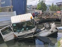Lupa Tarik Rem Tangan, Truk Seruduk Mobil hingga Nyebur ke Kali Jakut