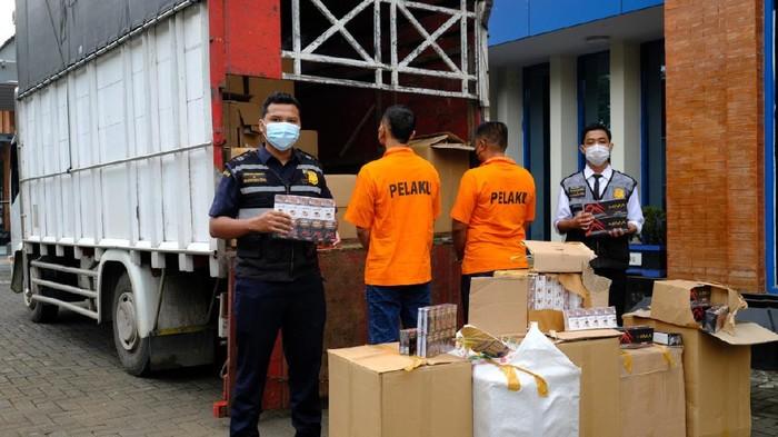 Truk pengangkut sejutaan rokok ilegal senilai Rp 1 miliar diamankan petugas Bea Cukai Kudus