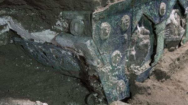 Kendaraan tua yang terbuat dari besi, perunggu dan timah tersebut berada di dekat vila kuni, Civita Giulana. Sekitar 700 meter di utara tembok Pompeii Kuno.