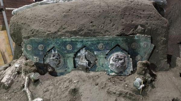 Sebuah kereta romawi kuno ditemukan hampir dalam keadaan utuh. Diperkirakan usianya sudah 2.000 tahun.