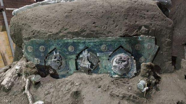 rkeolog Italia menemukan kereta upacara Romawi kuno di sebuah villa dekat Pompeii, kota yang terkubur dalam letusan gunung berapi pada 79 Masehi.