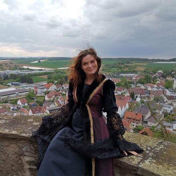 Potret Wanita Tinggal di Kastil, Tak Ada Listrik Sampai Masak di Kayu Bakar
