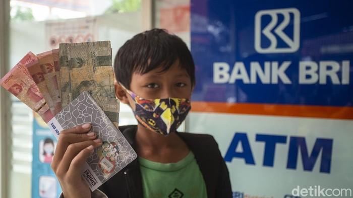 Bantuan Program Indonesia Pintar yang disalurkan melalui Kartu Indonesia Pintar (KIP) disalurkan untuk pelajar di Bantul. Pencairan dilakukan di BRI Unit Jetis, Bantul.