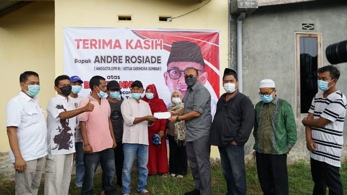 Andre Rosiade menyerahkan bantuan kepada warga